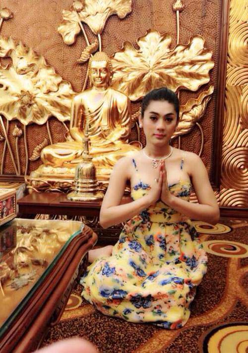 Đâu chỉ giới trẻ, loạt sao Việt cũng bị lên án gay gắt khi ăn mặc phản cảm chốn linh thiêng-10