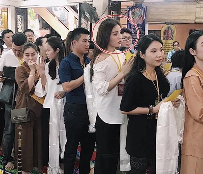 Đâu chỉ giới trẻ, loạt sao Việt cũng bị lên án gay gắt khi ăn mặc phản cảm chốn linh thiêng-8