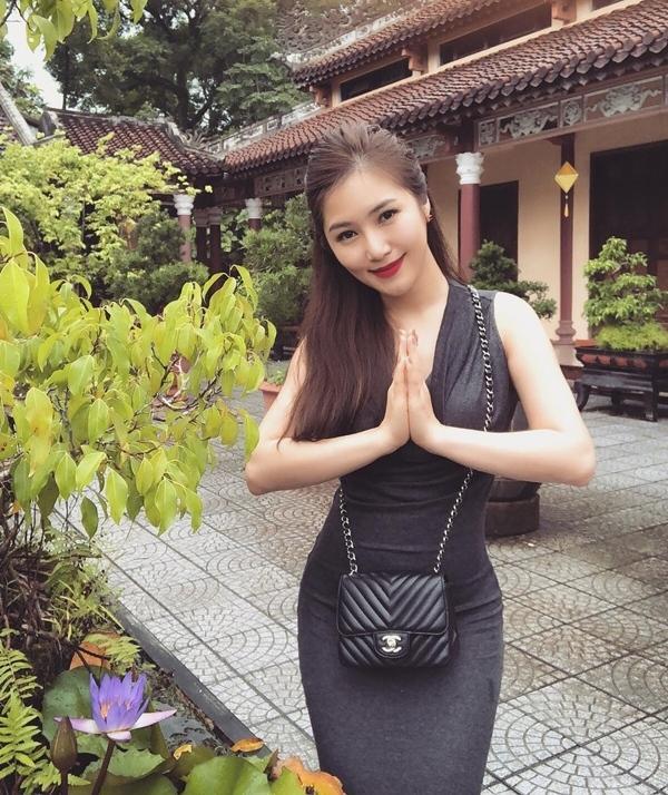 Đâu chỉ giới trẻ, loạt sao Việt cũng bị lên án gay gắt khi ăn mặc phản cảm chốn linh thiêng-5