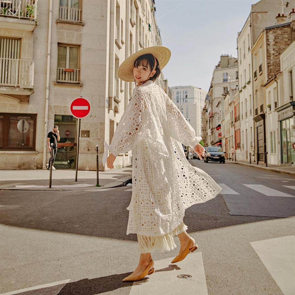 Tóc dài, quần đỏ chót: Ai dám soán ngôi street style nổi bật nhất của BB Trần tuần qua?-7