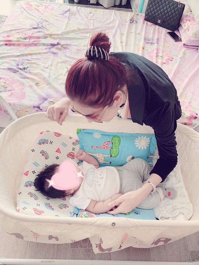 Dù sinh con trai không có liên quan máu mủ với chồng, Lâm Khánh Chi vẫn công khai gật gù: Giống bố-5