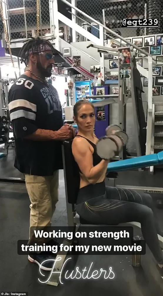 Jennifer Lopez khoe dáng nóng bỏng trong clip múa cột khi gần 50 tuổi-2