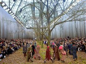 Những sàn diễn Chanel kinh điển chứng minh sức sáng tạo 'không biên giới' của Karl Lagerfeld