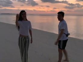 Angela Baby công khai bộ ảnh dạo bờ biển với trai lạ, cư dân mạng đồng loạt réo tên Huỳnh Hiểu Minh