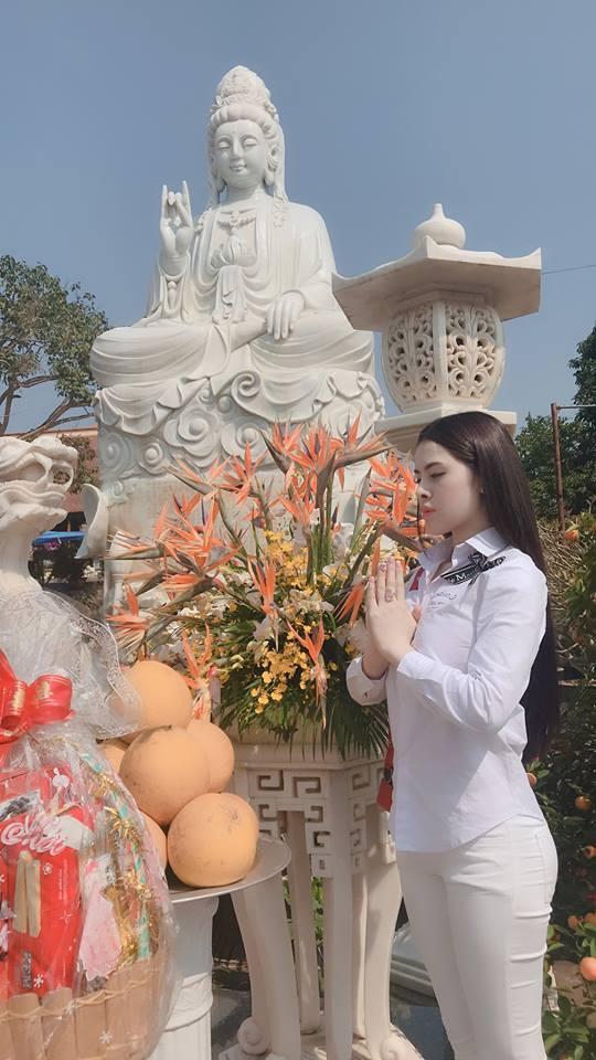 Thư Dung chăm chỉ đăng ảnh đi chùa sau nghi án bán dâm nghìn đô.