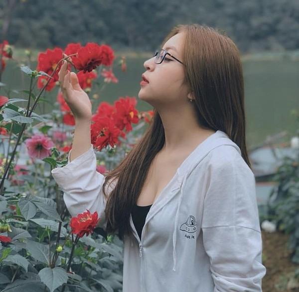 Bị chê ăn mặc hở hang, hát như đấm vào tai, bạn gái Quang Hải lại diện áo 2 dây sexy tự tin hát nhép Như lời đồn-1