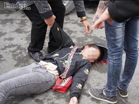 Tiễn người yêu lên đường nhập ngũ, cô gái khóc ngất, nằm bất động trên sân hút hàng nghìn lượt like