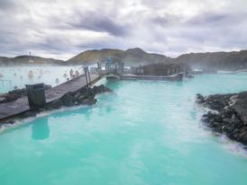 Ngâm mình trong bể nước nóng lớn nhất thế giới ở Iceland