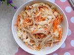Salad bắp cải trộn sốt mè rang ngậy thơm cho bữa sáng gọn nhẹ