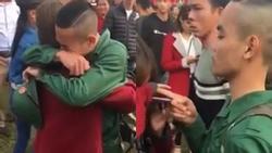 Chứng kiến bạn gái gào khóc tiễn đi nghĩa vụ quân sự, chàng trai có hành động chấn chỉnh khiến dân tình vừa thương lại ngợi ca