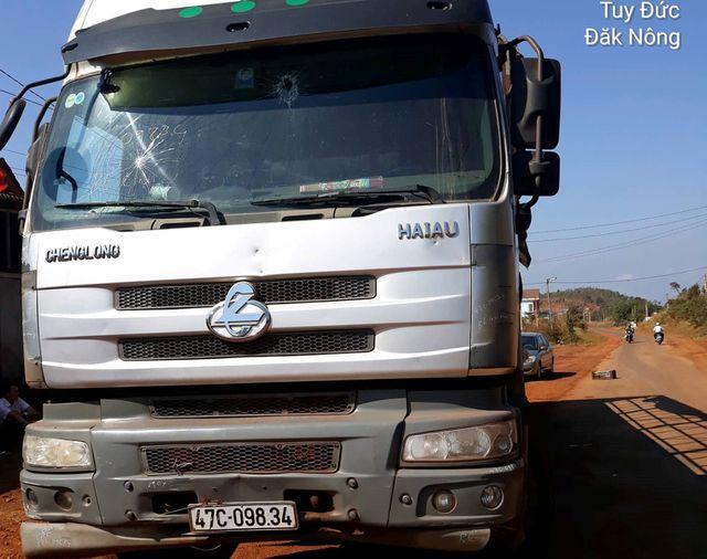Đắk Nông: Điều tra nhóm người đi xe ô tô, nổ súng bắn tài xế xe tải-1