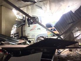 Bình Dương: Xe container chở hàng chục tấn thép đâm sập quán ăn