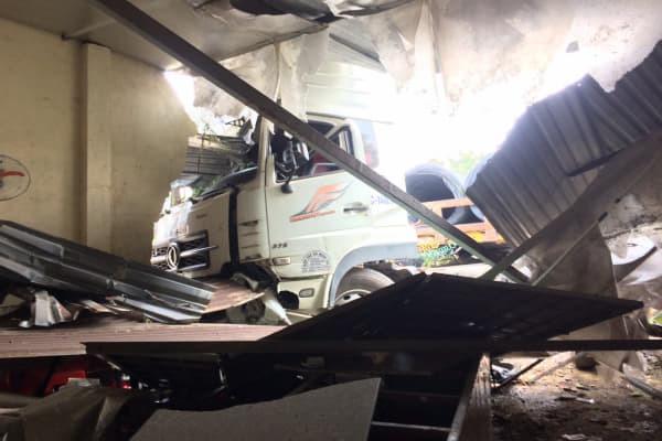Bình Dương: Xe container chở hàng chục tấn thép đâm sập quán ăn-1
