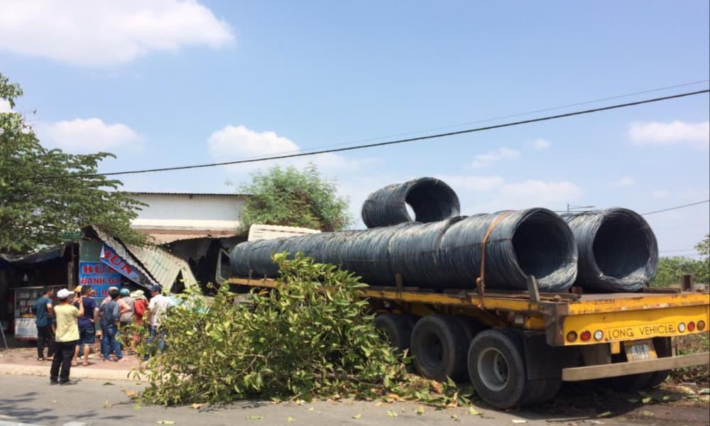 Bình Dương: Xe container chở hàng chục tấn thép đâm sập quán ăn-2
