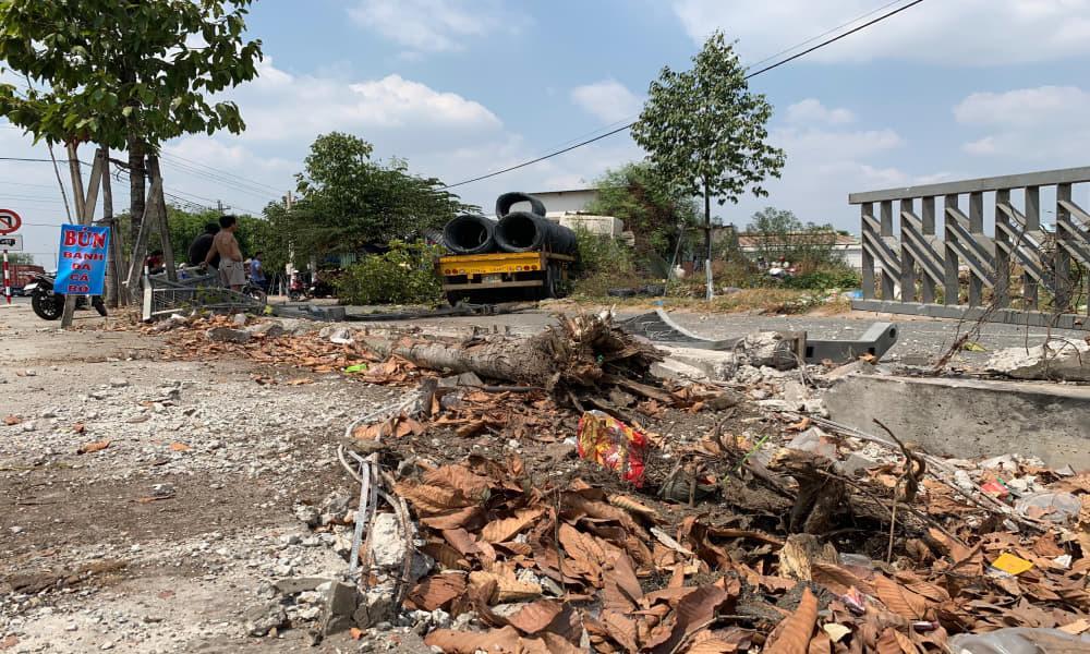 Bình Dương: Xe container chở hàng chục tấn thép đâm sập quán ăn-3