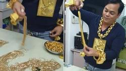 Nhờ thú chơi sang xịn đeo hàng chục kg vàng lên người, anh chàng vô danh ở TP HCM giờ đây đã lên cả báo nước ngoài