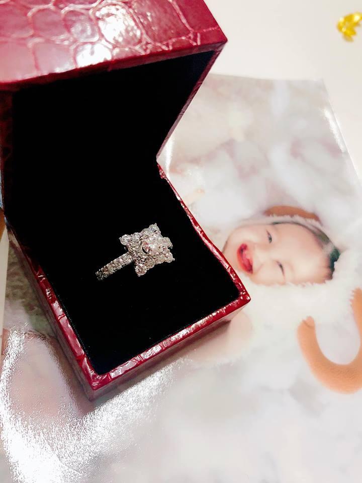 Ơn giời, sau bao tố cáo sống ảo thì cuối cùng nhẫn kim cương 500 triệu đã yên vị trên tay Hồng Quế-1