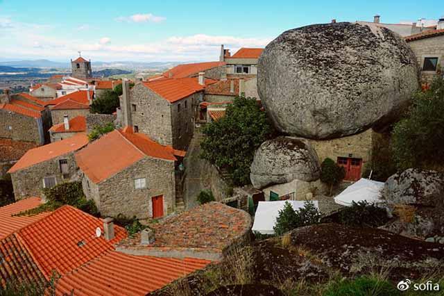 Trên đầu lơ lửng tảng đá hàng trăm tấn, người dân ngôi làng này vẫn ngủ ngon lành mỗi đêm-1