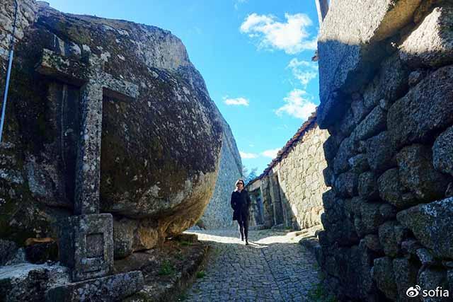 Trên đầu lơ lửng tảng đá hàng trăm tấn, người dân ngôi làng này vẫn ngủ ngon lành mỗi đêm-3