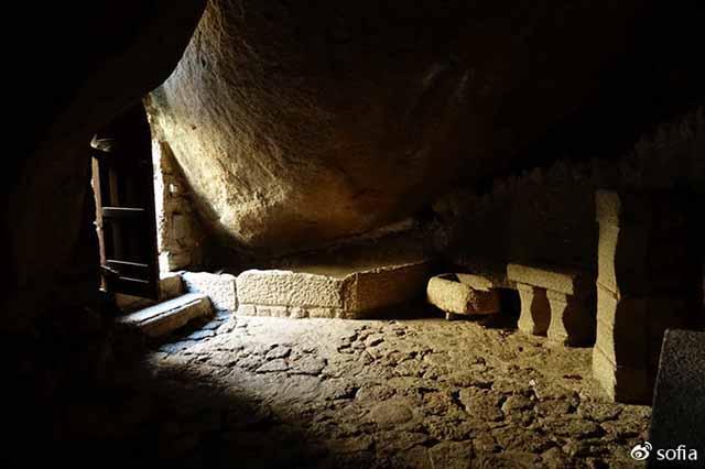 Trên đầu lơ lửng tảng đá hàng trăm tấn, người dân ngôi làng này vẫn ngủ ngon lành mỗi đêm-4
