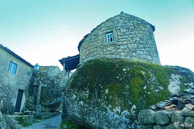 Trên đầu lơ lửng tảng đá hàng trăm tấn, người dân ngôi làng này vẫn ngủ ngon lành mỗi đêm-5