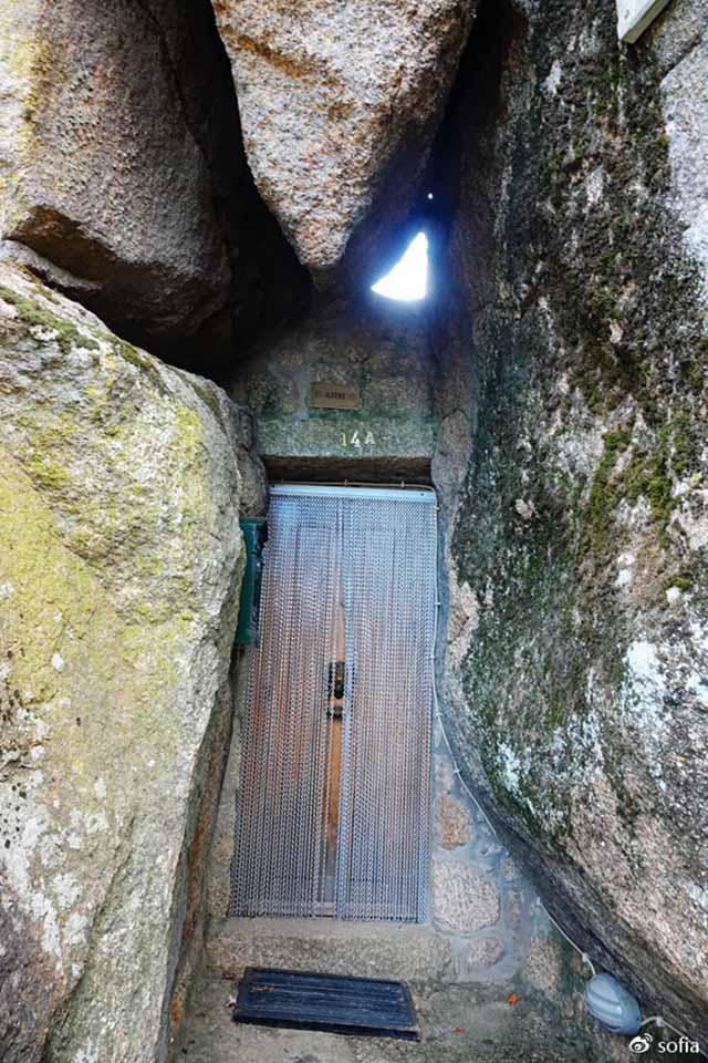 Trên đầu lơ lửng tảng đá hàng trăm tấn, người dân ngôi làng này vẫn ngủ ngon lành mỗi đêm-10