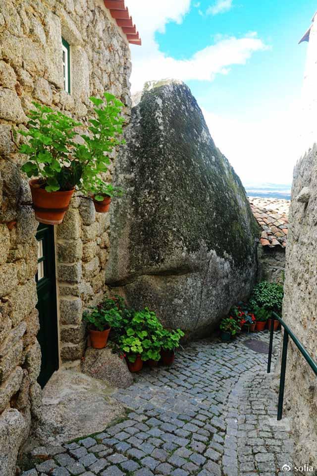 Trên đầu lơ lửng tảng đá hàng trăm tấn, người dân ngôi làng này vẫn ngủ ngon lành mỗi đêm-8