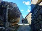 Trên đầu lơ lửng tảng đá hàng trăm tấn, người dân ngôi làng này vẫn ngủ ngon lành mỗi đêm