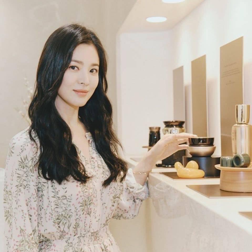 Đẹp xuất sắc trong sự kiện mới nhưng ngón tay không đeo nhẫn cưới của Song Hye Kyo mới thu hút sự chú ý-1