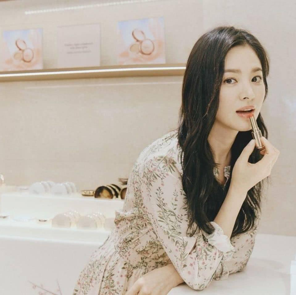 Đẹp xuất sắc trong sự kiện mới nhưng ngón tay không đeo nhẫn cưới của Song Hye Kyo mới thu hút sự chú ý-3