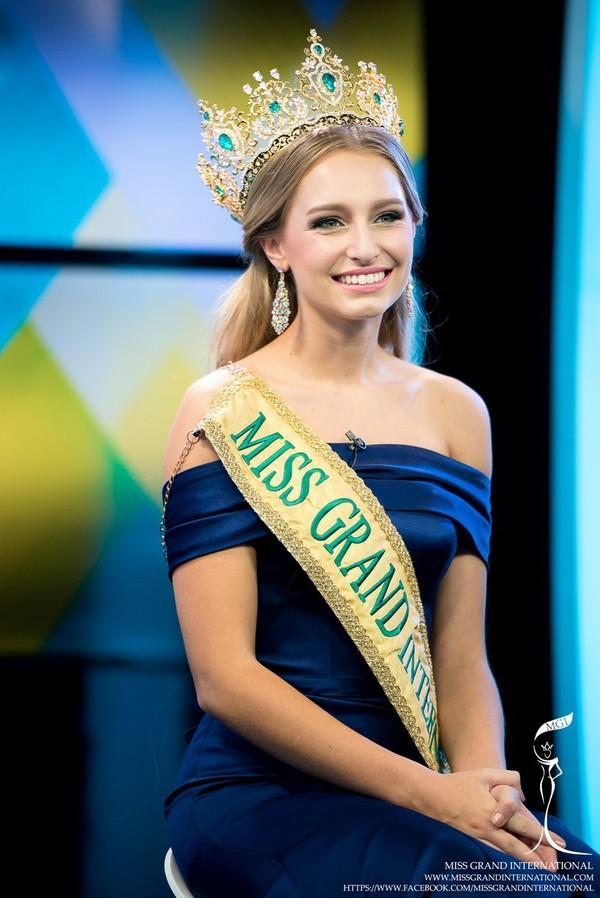 SHOCK: Hoa hậu Hòa bình Quốc tế 2015 bị truất ngôi vì chinh phục vương miện Hoa hậu Hoàn vũ 2019-2