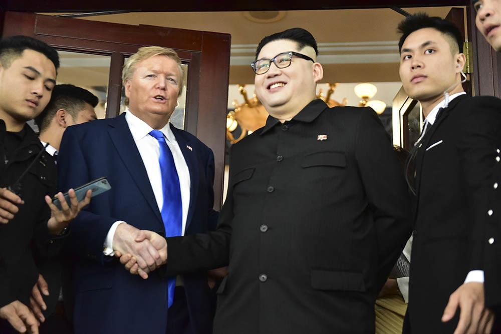 Bản sao Tổng thống Donald Trump và Chủ tịch Kim Jong-un làm rộn ràng phố phường Hà Nội-1