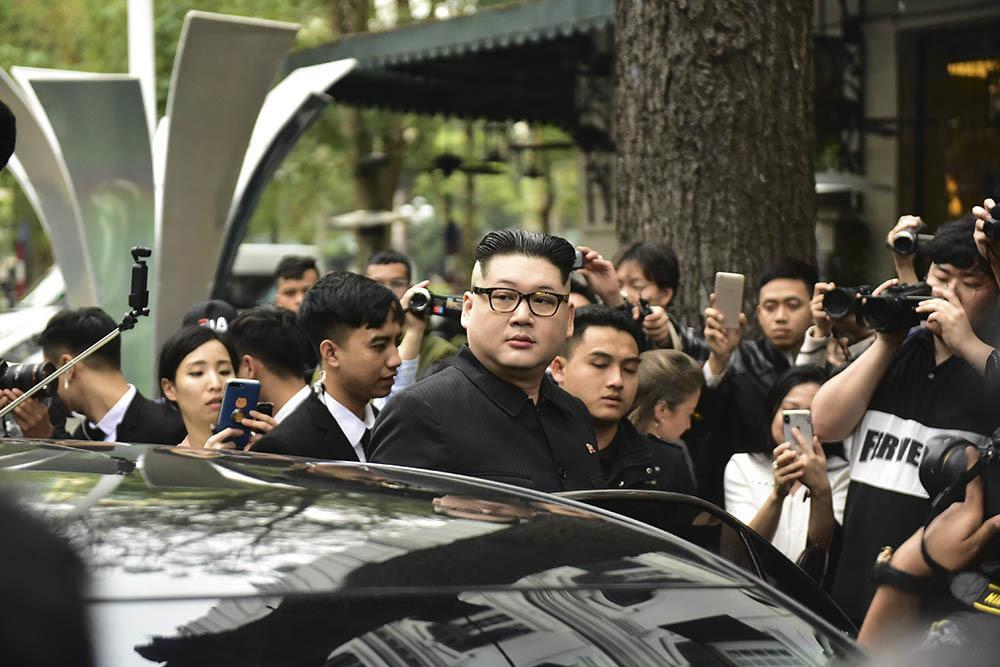 Bản sao Tổng thống Donald Trump và Chủ tịch Kim Jong-un làm rộn ràng phố phường Hà Nội-2