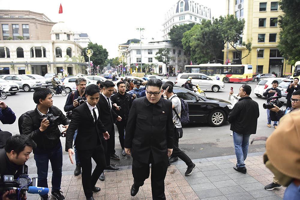 Bản sao Tổng thống Donald Trump và Chủ tịch Kim Jong-un làm rộn ràng phố phường Hà Nội-6