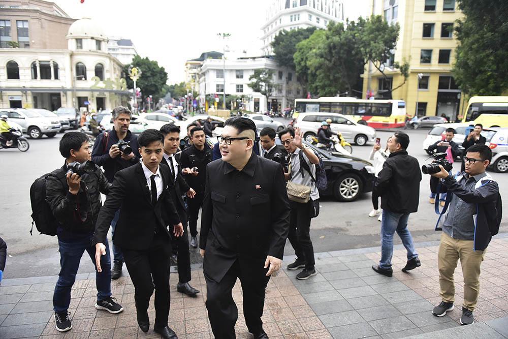 Bản sao Tổng thống Donald Trump và Chủ tịch Kim Jong-un làm rộn ràng phố phường Hà Nội-7