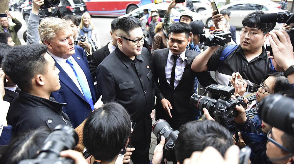 Bản sao Tổng thống Donald Trump và Chủ tịch Kim Jong-un làm rộn ràng phố phường Hà Nội-16