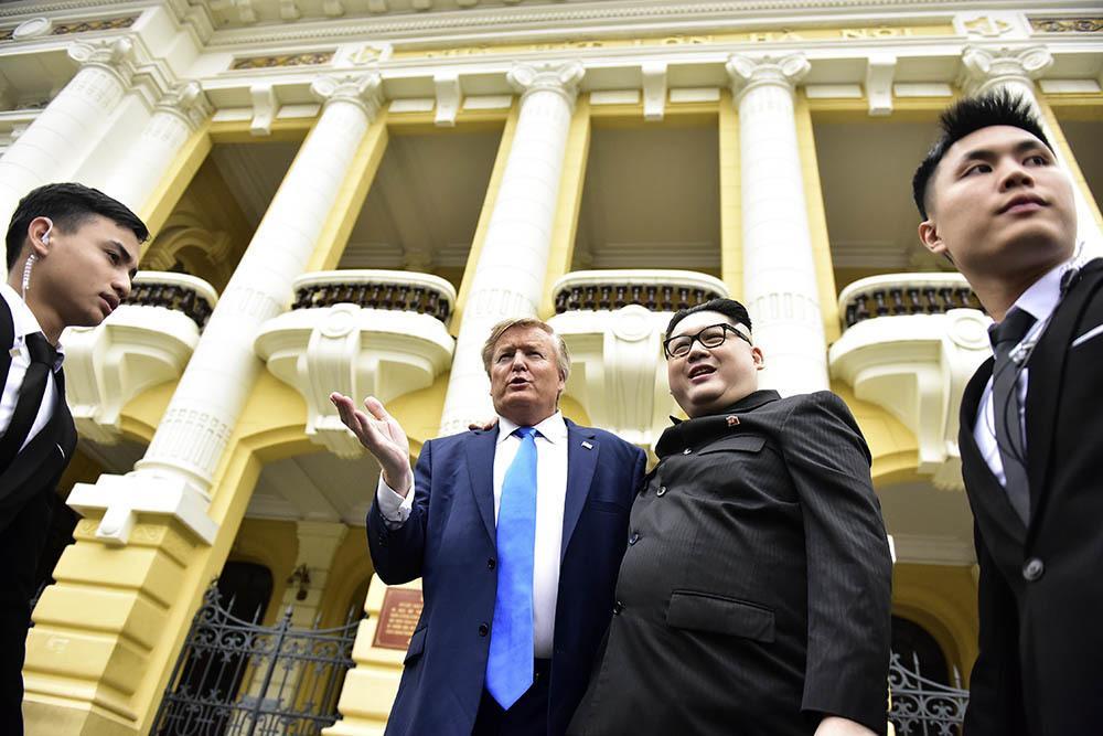 Bản sao Tổng thống Donald Trump và Chủ tịch Kim Jong-un làm rộn ràng phố phường Hà Nội-17