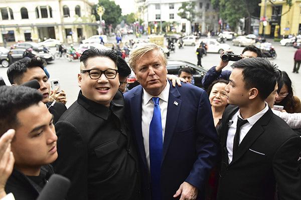 Bản sao Tổng thống Donald Trump và Chủ tịch Kim Jong-un làm rộn ràng phố phường Hà Nội-12