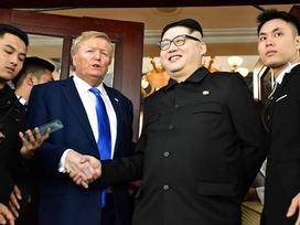 Bản sao Tổng thống Donald Trump và Chủ tịch Kim Jong-un làm rộn ràng phố phường Hà Nội