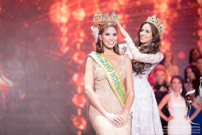 Tin được không khi lần đầu tiên trong cùng một cuộc thi sắc đẹp, cả Hoa hậu và kế Hoa hậu đều bị phế ngôi-1