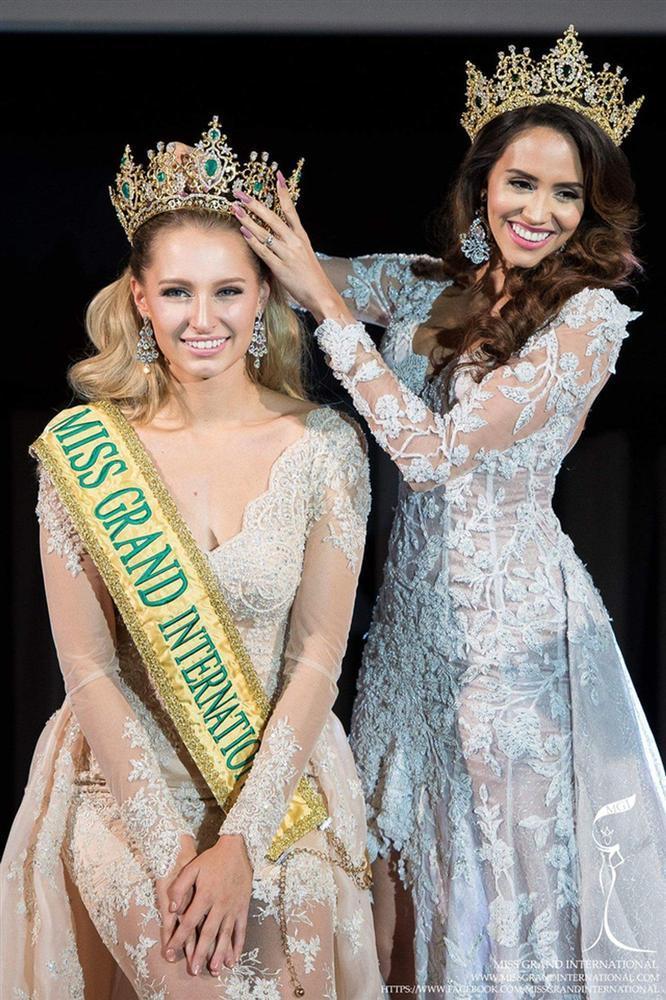 Tin được không khi lần đầu tiên trong cùng một cuộc thi sắc đẹp, cả Hoa hậu và kế Hoa hậu đều bị phế ngôi-7