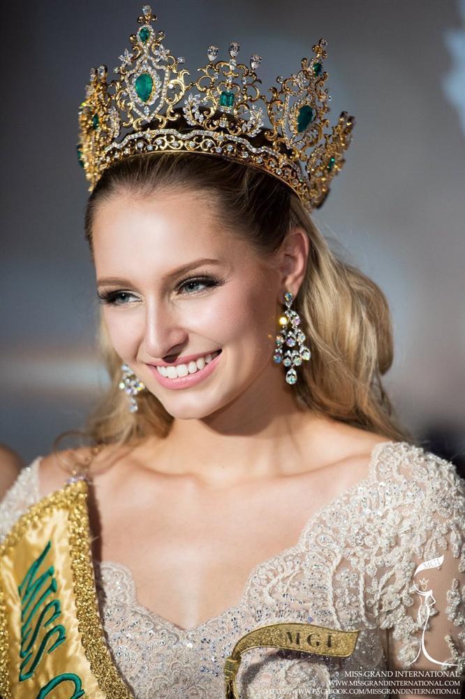Tin được không khi lần đầu tiên trong cùng một cuộc thi sắc đẹp, cả Hoa hậu và kế Hoa hậu đều bị phế ngôi-9