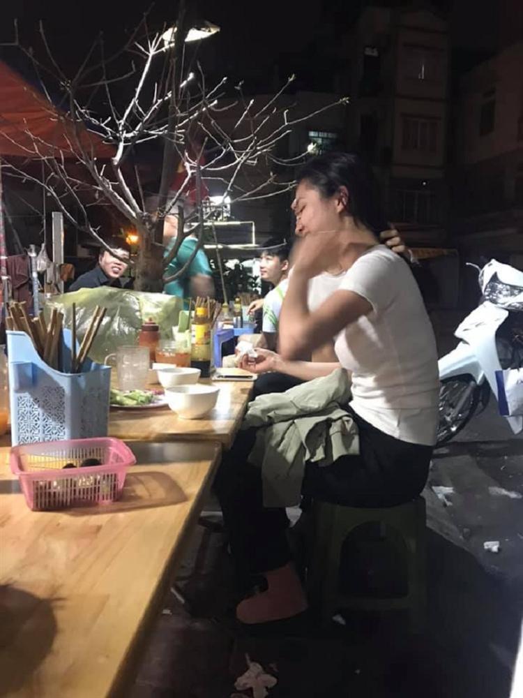 Dân mạng rần rần thích thú với bức ảnh chàng trai dùng tay giữ tóc cho bạn gái ăn-1