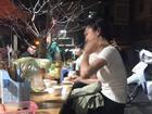 Dân mạng rần rần thích thú với bức ảnh chàng trai dùng tay giữ tóc cho bạn gái ăn