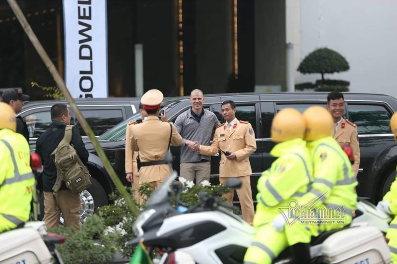 Mật vụ Mỹ tươi cười bên Quái thú của Tổng thống Donald Trump ở Hà Nội-5