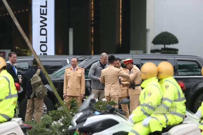 Mật vụ Mỹ tươi cười bên Quái thú của Tổng thống Donald Trump ở Hà Nội-6