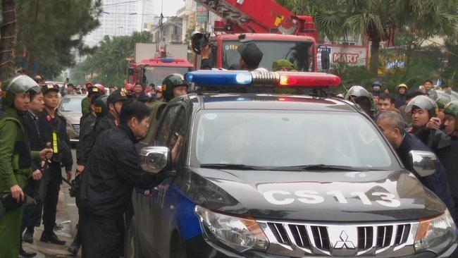 Giải cứu 2 cô gái bị nam thanh niên nghi ngáo đá khống chế ở Hà Nội-4