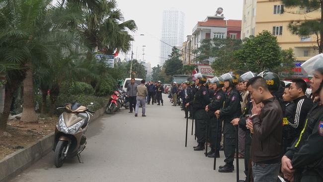 Giải cứu 2 cô gái bị nam thanh niên nghi ngáo đá khống chế ở Hà Nội-8