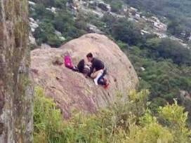 Xôn xao cặp đôi vô tư 'hành sự' trên vách núi, biết được sự thật đằng sau ai cũng ngỡ ngàng