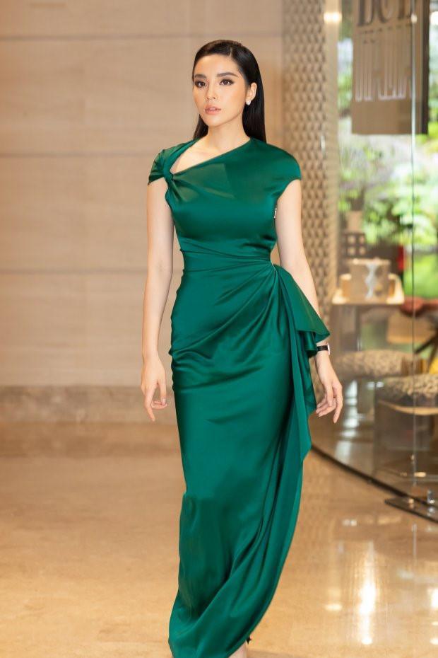 Mặc đầm xanh cổ vịt khó nhằn: Chi Pu, Hari nên học hỏi Hương Giang, Kỳ Duyên để không trở nên thảm họa-9